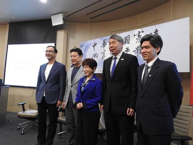 國民黨前主席洪秀柱掌舵的中華青雁和平教育基金會,下午舉辦「護憲保台論壇」。(趙婉淳攝)