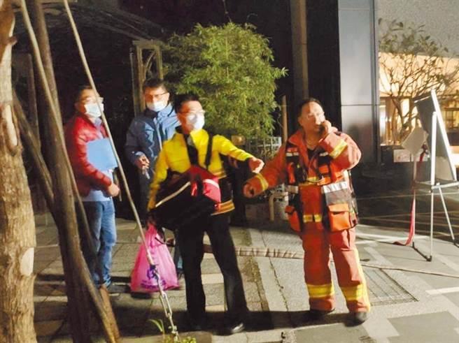 五股一處民宅發生爆炸案,陳姓男子左手被炸到只剩下食指,消防人員分數趟才將陳男殘肢找回送到醫院。(民眾提供/戴上容新北傳真)