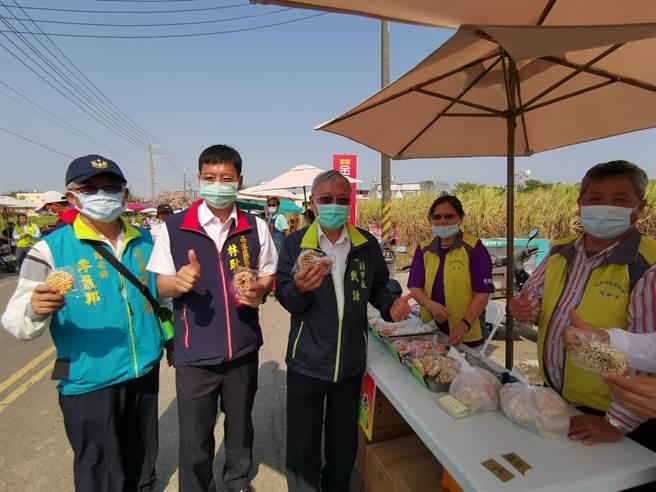 台南市副市長戴謙(左三)與西港區長林耿漢(左二)參觀活動市集。(劉秀芬攝)