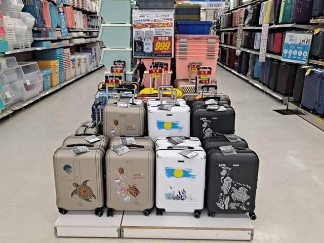 家樂福宣布攜手「萬國通路」推出四款以帛琉自然海洋生態為設計的行李箱,3/28上午10:00在指定量販分店開賣。(圖/業者提供)