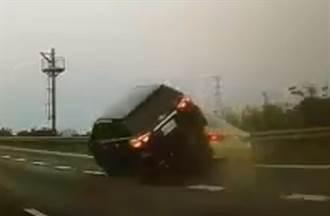 國道3號後車騎前車 側翻磨地360度旋轉火花四射 駕駛淡定下車