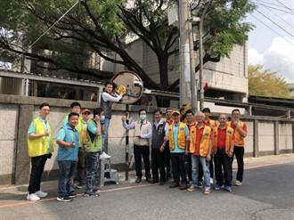 擦拭路口轉角圓鏡 永康區公所、永康國際青商會攜手提升交通安全