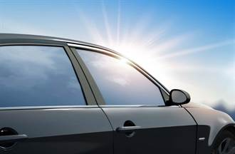 鄰居抱怨車窗反射刺痛眼 眾人質疑:停自家車就沒事?