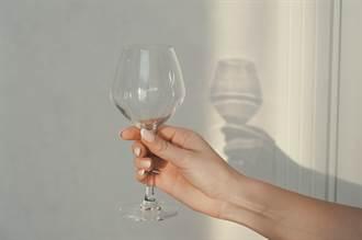 發紅酒照玻璃杯倒影洩春光 人妻崩潰急刪婆婆已看到