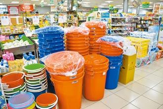 民眾瘋搶水桶 傳統賣場忙進貨