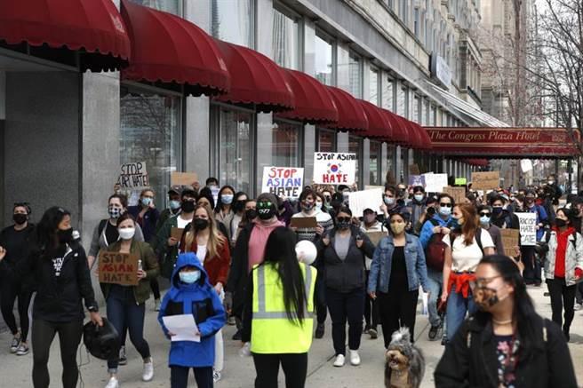 27日在芝加哥的反亞裔歧視遊行,其中有韓國國旗。(美聯社)