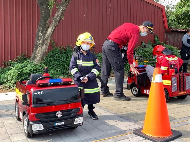 八德防災宣導讓許多小朋友穿上消防裝出任務,體驗消防工作。(消防提供/蔡依珍桃園傳真)