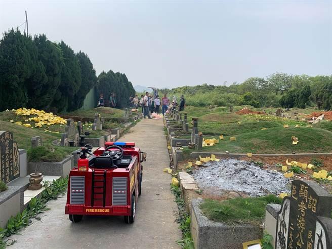八德防災宣導出動小小消防車載送清明水袋至公墓區發放。(消防提供/蔡依珍桃園傳真)