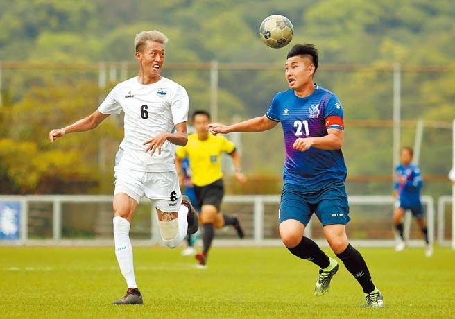 陳威仁(右)在延長賽替補上陣,對銘傳大學頂進致勝球,幫助北市大殺入大專足球聯賽男一級冠軍戰。(李弘斌攝)