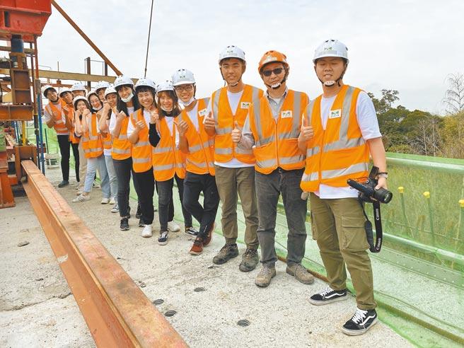 110年青年節籌備委員會同學參訪國道四號豐原潭子段。(張薷攝)