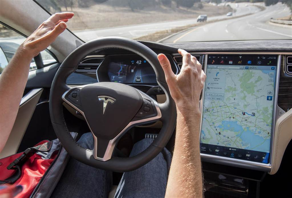 人類開車 = 大規模毀滅性武器:方舟投資力挺特斯拉,繼續看好自動駕駛