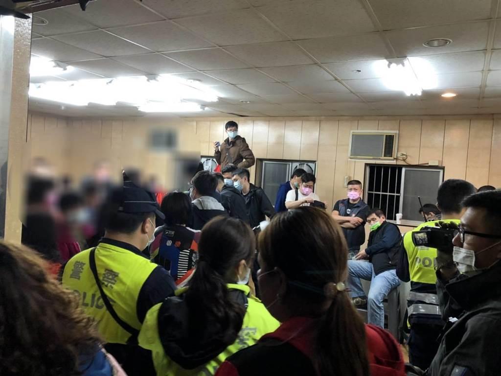 新北市樹林區某處鐵皮屋藏匿職業賭場,檢方今凌晨攻堅,查獲陳姓負責人、63位賭客,並搜出多項賭具和163萬多元賭資。(樹林分局提供)