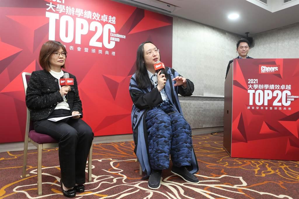 在「2021大學辦學績效成長Top20頒獎典禮」中,邀請行政院數位政務委員唐鳳出席,並以「我眼中的未來人才」為題,與獲獎的大學校長進行交流。(靜宜大學提供)