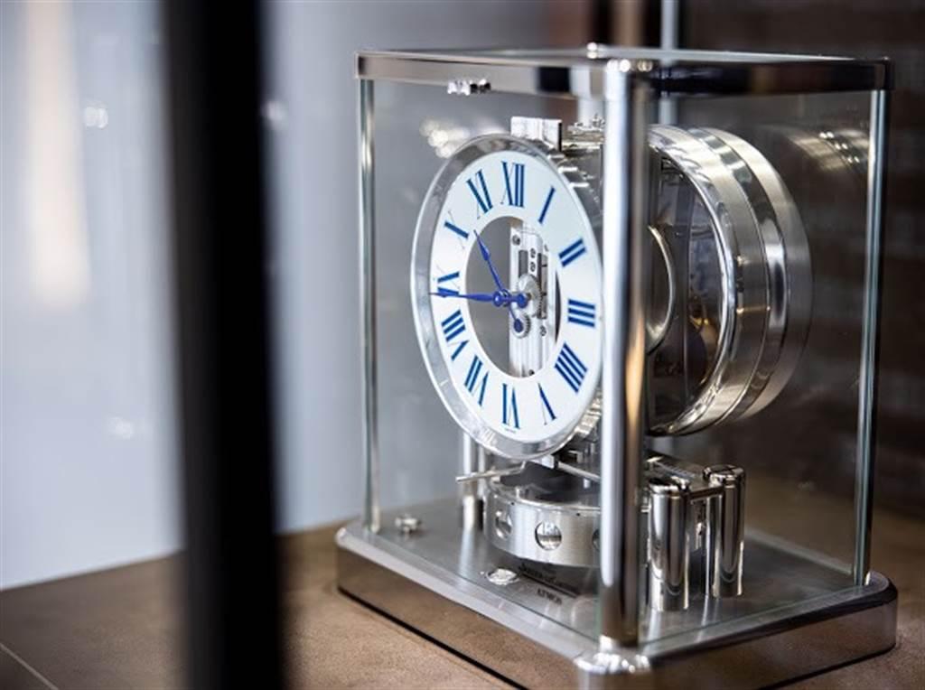 積家Jaeger-LeCoultre於東昀昀接待中心展出極致鐘錶工藝作品Atmos Classique空氣鐘。(業者提供)