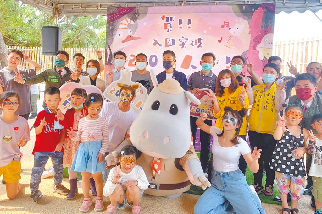新竹市長林智堅(中)與河馬「樂樂」及小朋友歡慶新竹市立動物園入園超過200萬人次。(羅浚濱攝)
