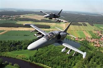 捷克L-159座艙罩飛行中掉落秒變敞篷機