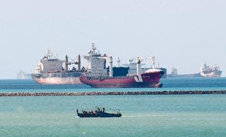 埃及總統出下策 長賜號卸貨櫃