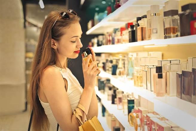 噴上喜歡的香水味再出門 醫警告:長期下來罹癌風險高 - 健康