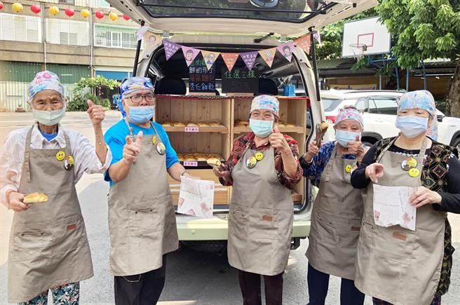 「驚喜烘焙坊麵包車」首次啟航來到長治鄉潭頭社區,失智爺奶樂當老闆努力叫賣。(林和生攝)