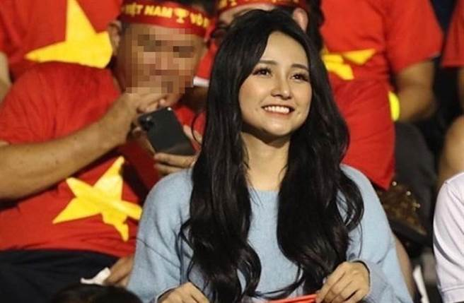 Jenny Yến因看球被捕獲爆紅。(圖/翻攝自東網)