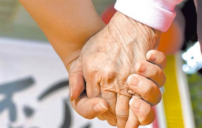 兒子送進手術之前,老父心痛牽著愛子:「爸爸要放手了」。(示意圖/中時資料照)