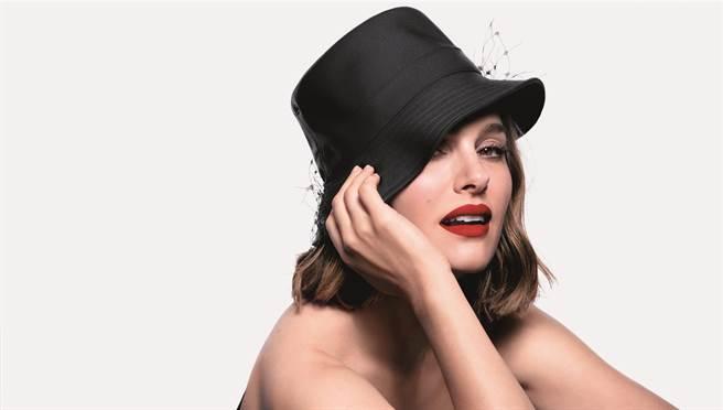 迪奧代言人娜塔莉波曼 絕美展演迪奧超完美持久唇露。(迪奧提供)