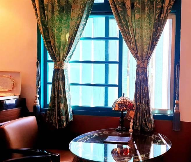 洋式傢俱、吊燈、略黃燈光色調配上老式皮沙發,一走進就有種走回記憶時空的錯覺。(戴志揚翻攝)