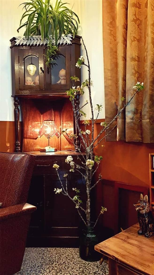 日洋文化折衷出衝突又和諧的浪漫氣氛,加上古早台灣社會文化元素,三者融合,讓來店的客人,也彷彿擔憂打擾舊時光般的靦腆起來。(戴志揚翻攝)