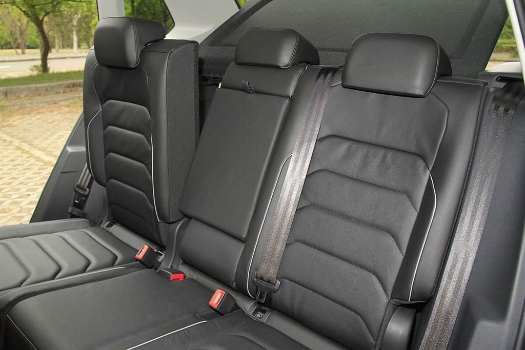 後座椅背可調整多種角度以及前後滑移,讓行李空間更能靈活運用。