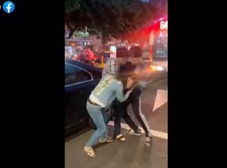 兩車擦撞男狂跳針逼道歉 路中揮拳爆打女駕駛 網見畫面怒了