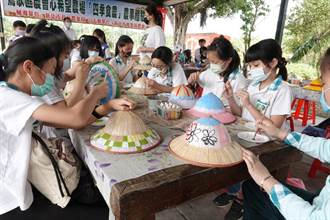 鶯歌食農教育示範基地成立 小學生體驗拔蘿蔔