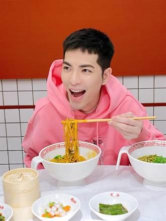 萧敬腾生日宣布1.5亿开麵馆 出关爽吃4种麵8份剁椒