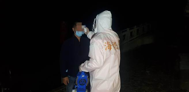 The ground patrol immediately notified the Disease Control Department of the Ministry of Health and Welfare and the Kinmen County Health Office after arresting the police and handling them in accordance with the procedures prescribed by the Kinmen County Health and Welfare Center. Central Epidemic Command.  (Provided by the Golden Gate Coast Guard)