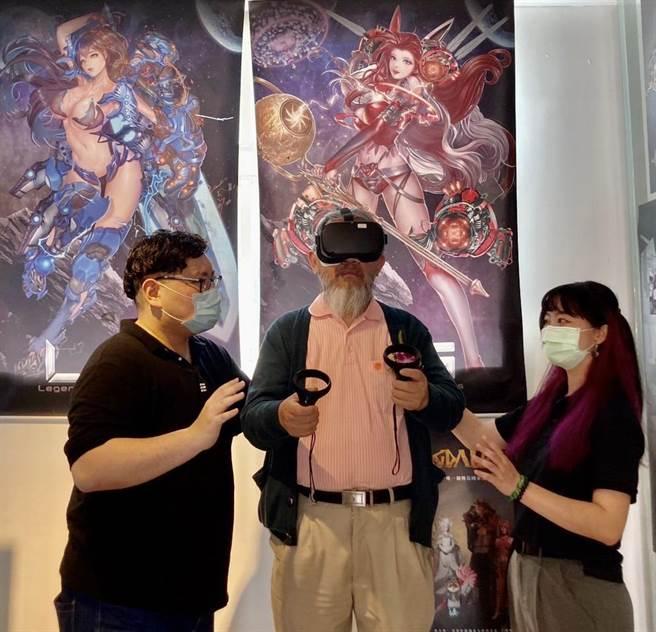 李麗裕體驗VR遊戲。(李麗裕提供/廖志晃南投傳真)