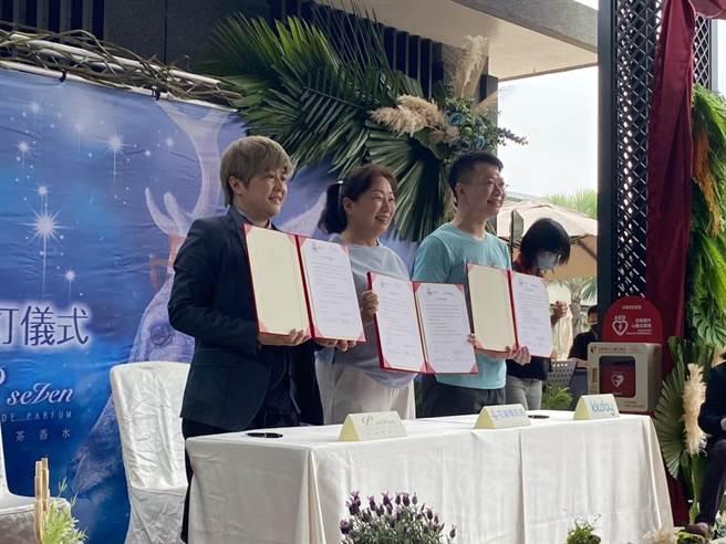 花蓮縣長徐榛蔚(中)今與台灣茶香水品牌P.Seven創辦人潘雨晴(左),及旅遊電商平台KKdays商務拓展總監陳崇文(右2)簽署合作備忘錄,宣示「獵香旅人」特色旅遊正式啟動。(羅亦晽攝)