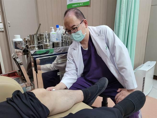 蘇啟成醫師,為患者 診療情形。(竹山秀傳醫院提供/廖志晃南投傳真)