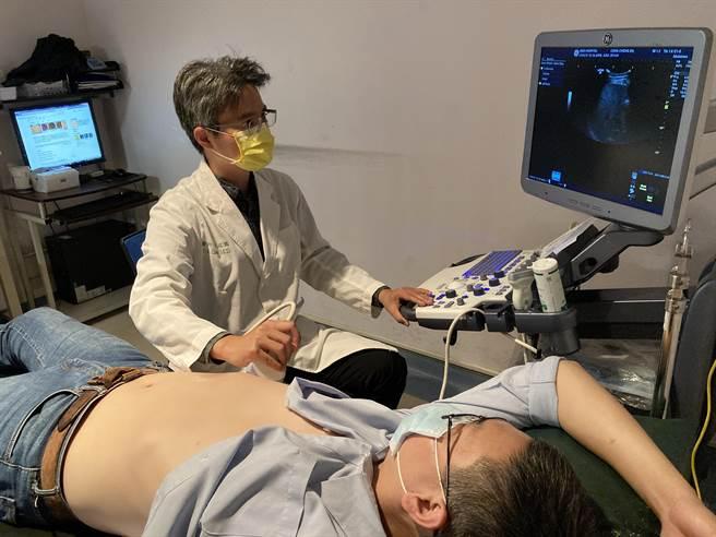 亞洲大學附屬醫院肝膽胃腸科主治醫師陳政國,為患者(非當事人)進行腹部超音波檢查。(林欣儀攝)