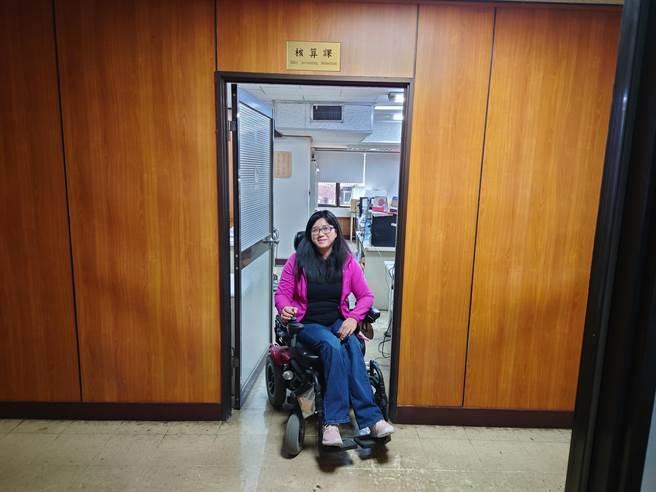 透過職務再設計提供電動輪椅,何欣茹可在辦公區域可自由移動。新北市勞工局提供