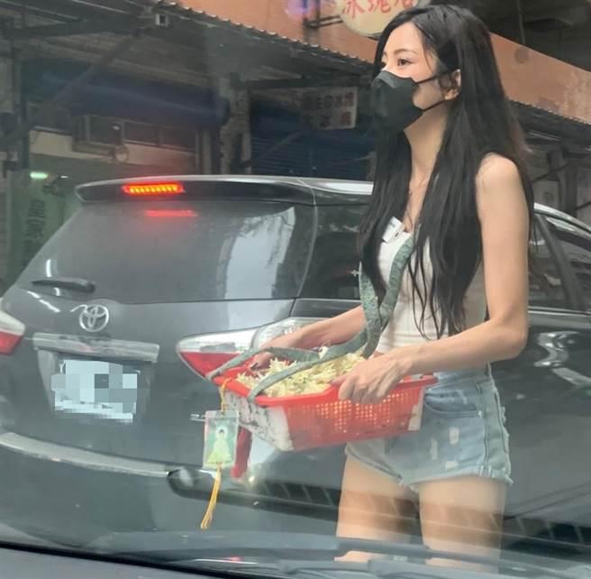 一名網友發現一名大眼正妹在路邊賣玉蘭花,姣好身材加上清涼穿著,照片傳開引起全台男網友暴動。(圖/取自爆廢1公社)