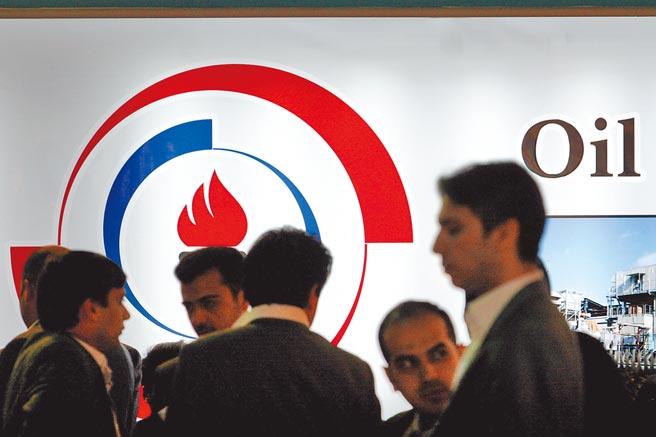 中國和伊朗日前簽訂25年合作協議,強調兩國石油結算及貿易將使用人民幣及數位人民幣,避開美元結算。圖為2009年伊朗舉辦第14屆國際石油展。(新華社)