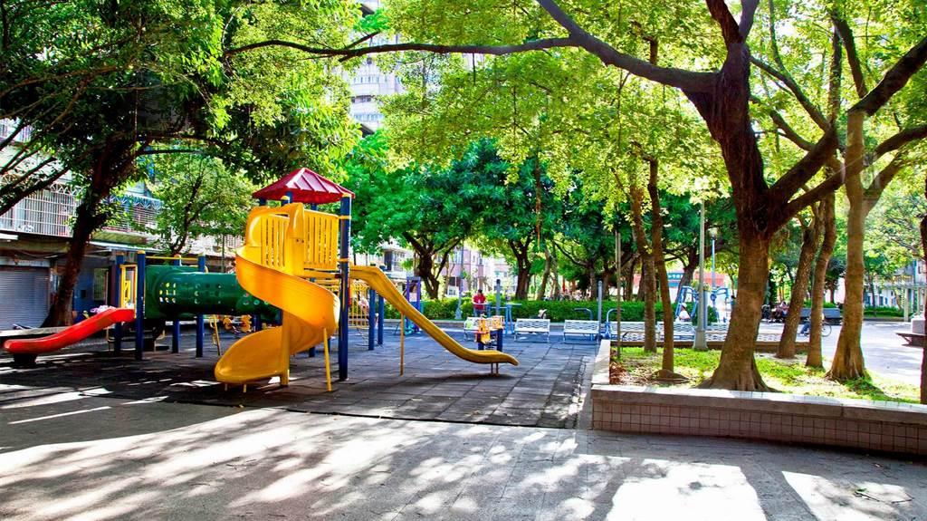 「國門巨星」步行約2分鐘至興華公園。(業者提供)