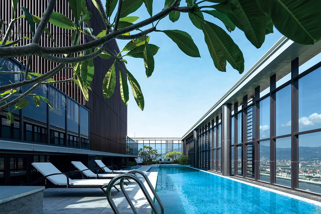「昕彤觀瀾」規劃空中泳池,擁有河景第一排視野。(業者提供)