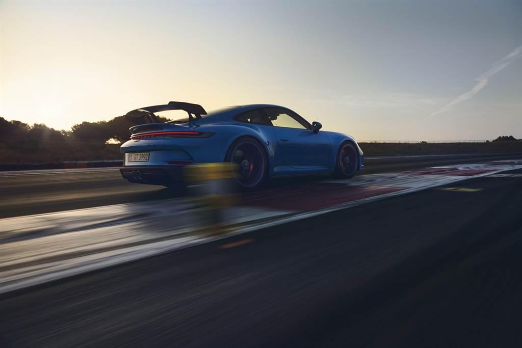 全新911 GT3前軸搭載雙A臂獨立懸吊系統,透過擾流尾翼搭配倒勾式 (Swan Neck) 連桿及強大的分流器盡情展現其優越的先進空氣動力技術。