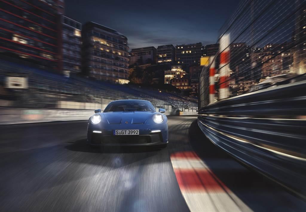 911 GT3源自賽道的優異空氣動力設計,可產生更大的下壓力卻不影響風阻係數。