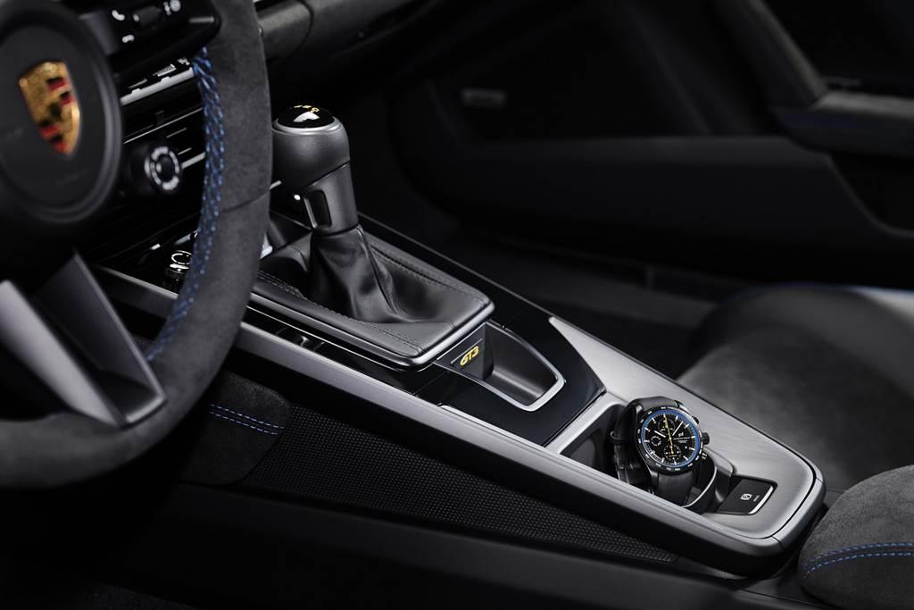 個性化計時腕錶的外觀設計充分展現其純粹的賽道基因,並且使用和GT3引擎連桿相同的鈦材質,輕巧而堅固。