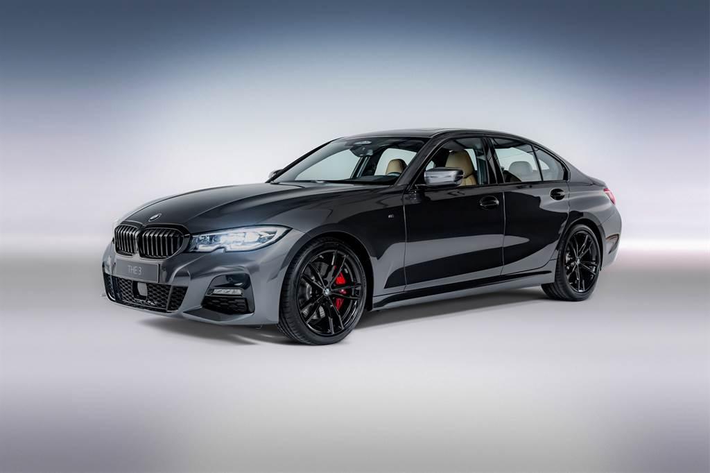 330i M Sport Midnight Edition夜型版增添黑色高光澤水箱護罩與黑色高光澤窗框,以曜黑閃爍動感光芒。