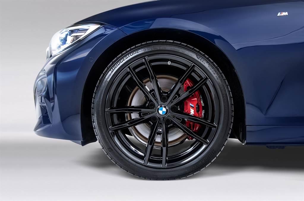 19吋M款專屬雙輻式791 M型黑色輪圈與紅色M款煞車套件完美詮釋BMW純正運動血統。