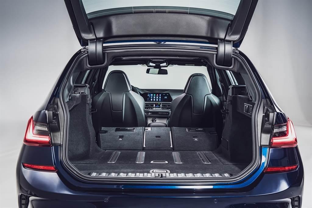 Touring車型展現卓越的機能性與舒適性,搭配後廂安全分隔網、行李廂捲簾及後廂底板自動止滑功能,滿足生活型態越趨多元的現代人生活。