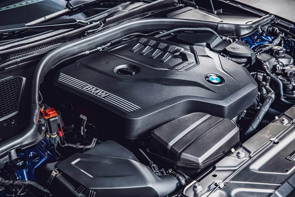BMW TwinPower Turbo直列四缸汽油引擎可輸出258匹最大馬力與400牛頓米最大扭力,搭配Steptronic運動化八速手自排變速箱。