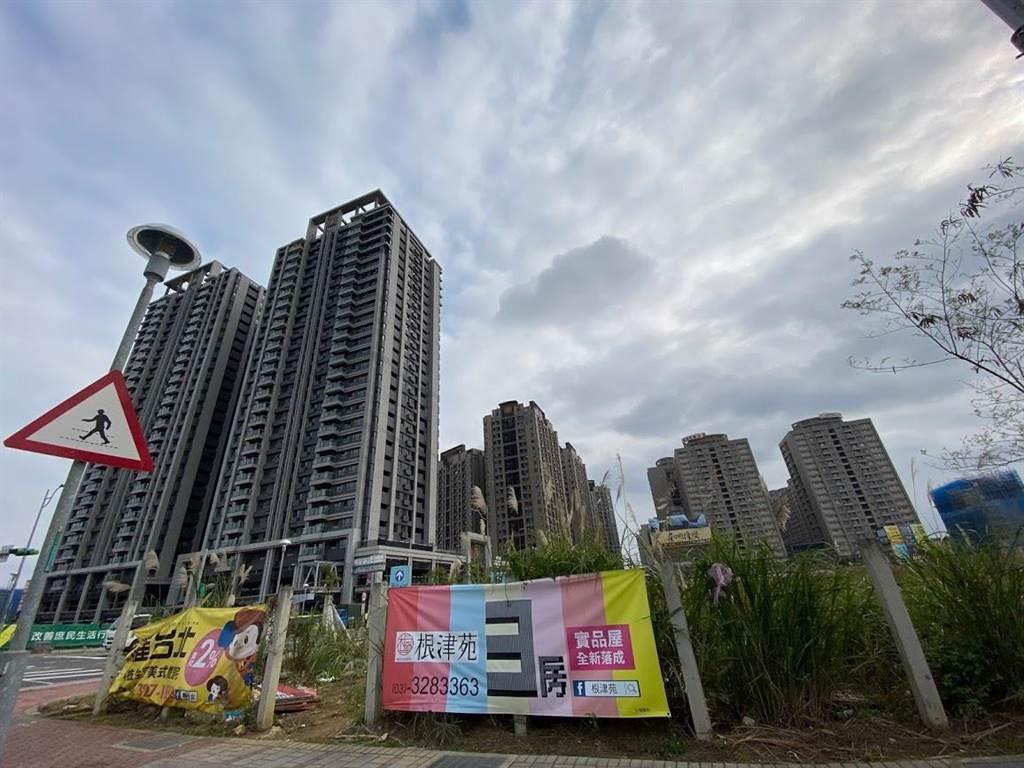 A7合宜宅住戶感嘆要繳「豪宅級房屋稅」,向桃園市議員陳雅倫陳情,希望調降。(蔡依珍攝)